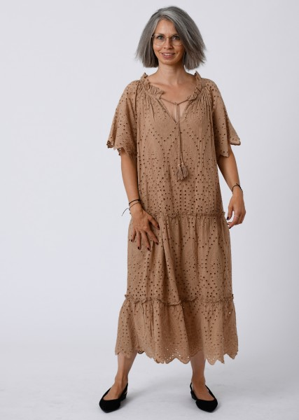 langes Kleid aus Lochspitze mit Carmenausschnitt in Farbe nougat