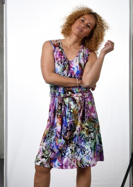 Luftiges Jerseykleid - ohne Arm - mit buntem Snakeprint