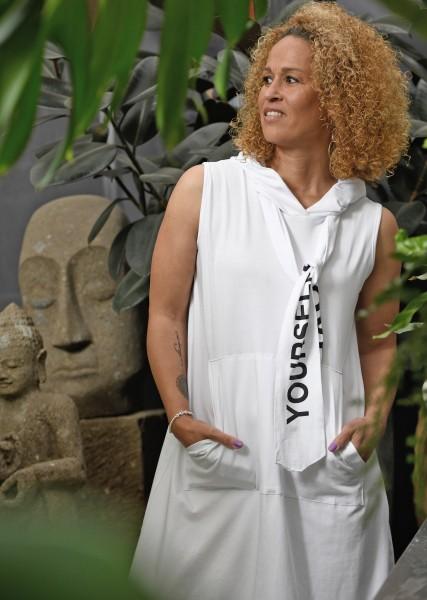 langes Kleid mit Kapuze in weiß